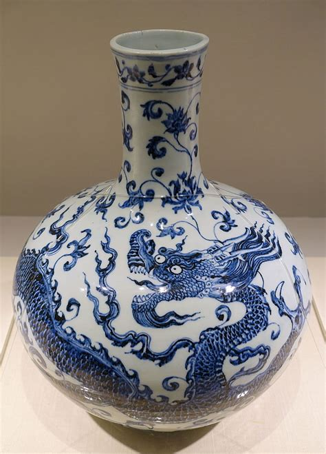 File:Bottle jar with dragon and arabesque design, China